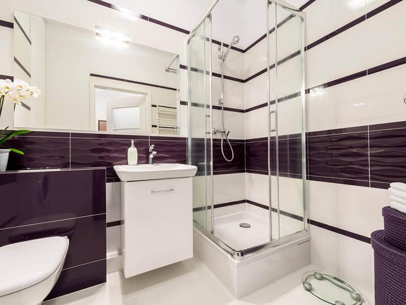 Passo a passo: saiba como construir um banheiro moderno e inovador